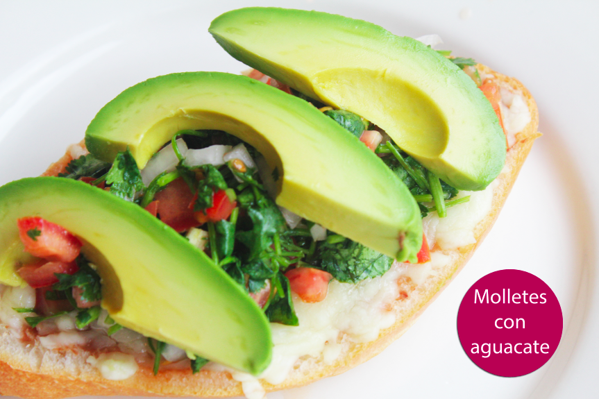 Molletes con aguacate